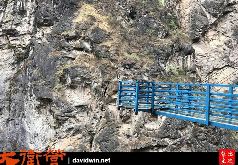 一座透明孤懸於岩璧之外的景觀台,看起來有點粗糙的鐵架搭建