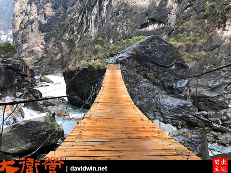 吊橋也是很陽春,這裡整個就是當地人以最Local的方式開山鑿路搭橋