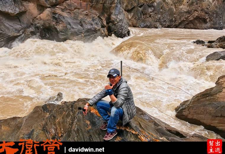 湍急的江水,強力的撞擊大石,發出了巨大的聲響