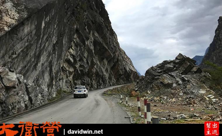 鑿山而建的馬路,險峻的山壁,不時還有落石