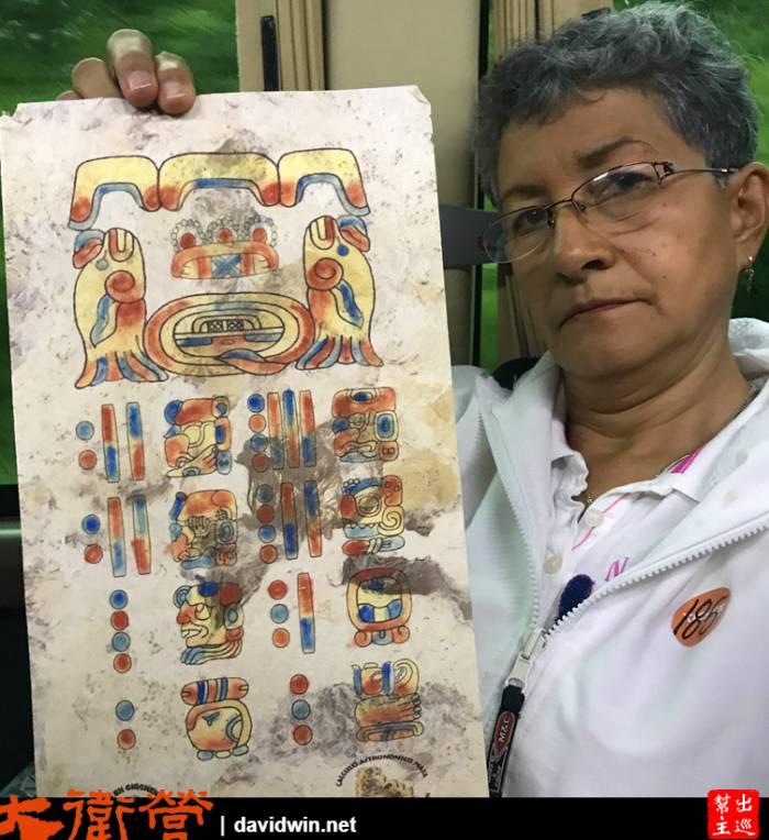 瑪雅曆,坐我隔壁的墨西哥大嬸人非常好,怕我不容易拍直接幫我拿著