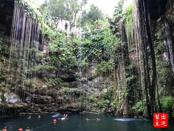 地底湖除了清澈的湖水之外,還有那生長了百年的長長植物氣根