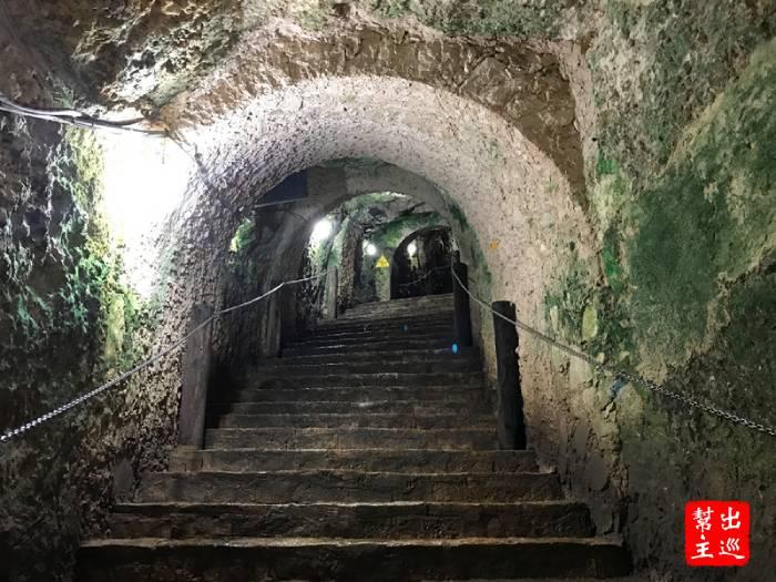 這裡有山壁內挖出來的通道,一路往下到水源處