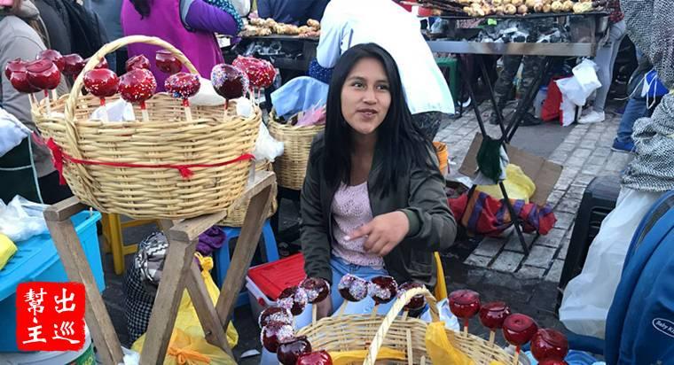 賣糖葫蘆的祕魯美女,黝黑的皮膚與笑容,這就是南美洲的風情啦