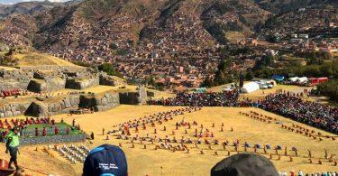 祭典演出就在遺址上進行,露天的表演形式