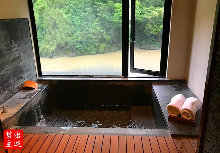 窗外就是南勢溪的溪水潺潺