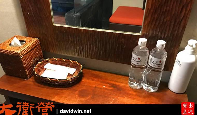 房間內還有一張躺椅與必要的梳洗用品:浴帽、梳子、棉花棒,兩瓶礦泉水,潤膚乳液