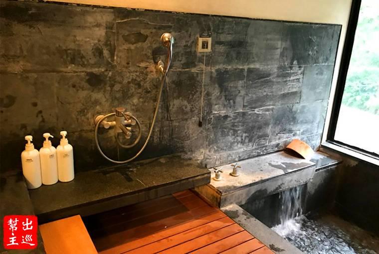 在湯池的旁邊也有盥洗區,提供了沐浴乳、洗髮精
