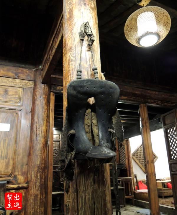 柱子上還掛著馬鞍,整體的氣氛就是舊時代的時光停滯