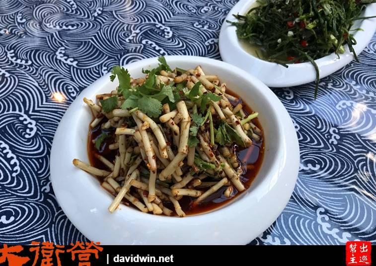 折耳根學名魚腥草,這是四川人桌上常見的涼拌料理