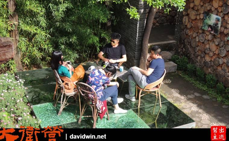 坐在庭院裡聊天喝咖啡