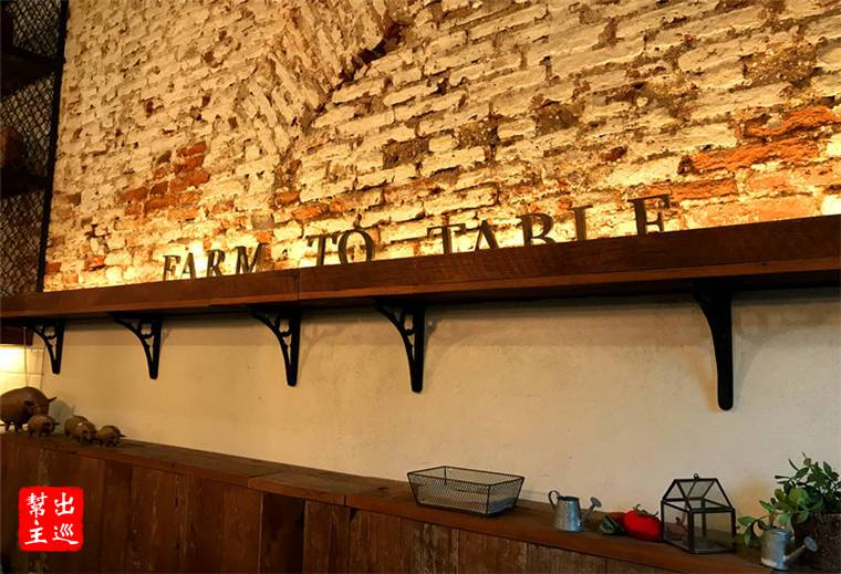 吊燈、舊木(這裡裝潢用的木材都是原來老宅上取下再利用的)、磚牆,共同組成了一個小而溫馨的空間