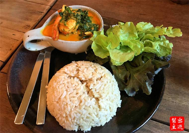 紅咖哩酸辣蝦湯,配上了來自清萊有機農場的蔬菜