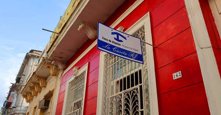 古巴房子掛出這個標章就表示有房出租