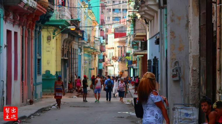 古巴哈瓦那建築儘是殘垣斷瓦,路上的垃圾散落