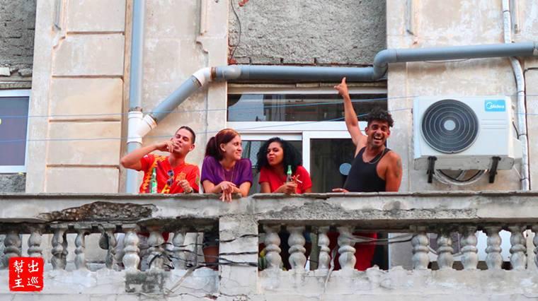 『Hay!China!』馬路對面樓房陽台的年輕人對著我們喊