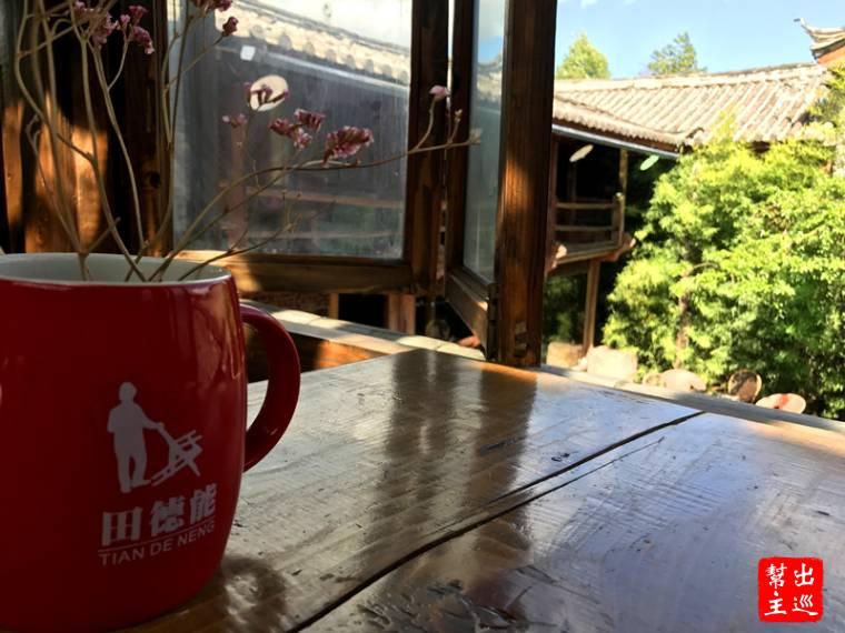 倚著窗台品咖啡,時光就這麼靜止了。