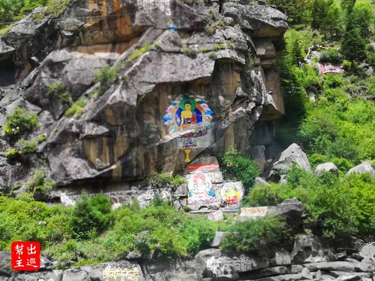 巨石上則刻劃了佛像,這一路上滿滿的都是這樣的畫面,不得不感動於宗教的虔誠