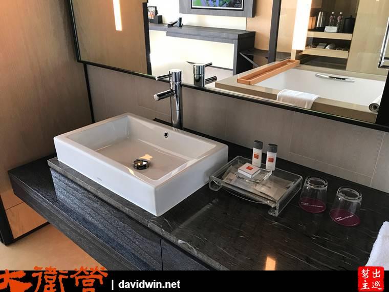 洗手檯面的空間也很大,大大的鏡子更是方便