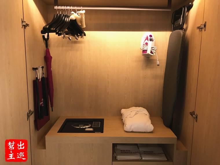 衣櫃的空間也很大!內建了保險箱、熨斗、雨傘、浴袍