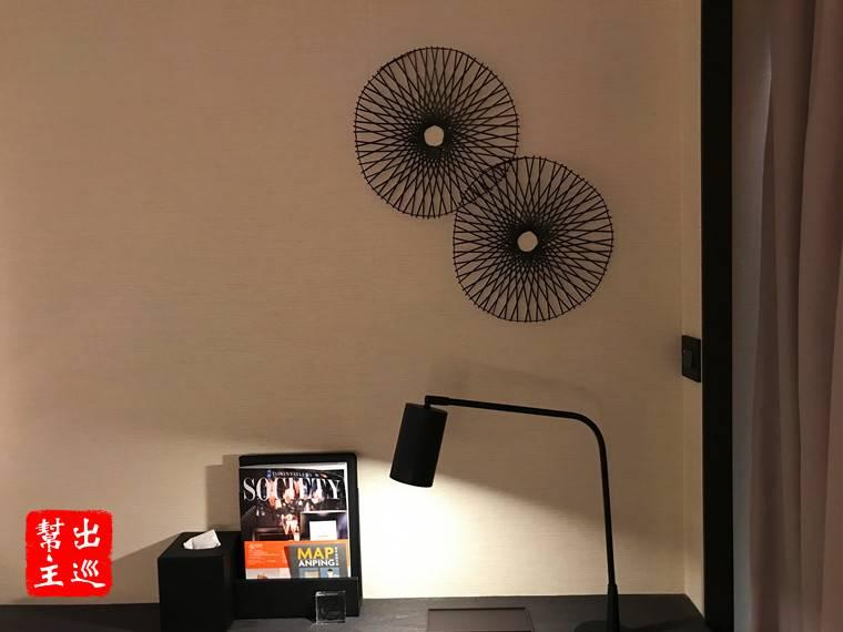 書桌的部份,在牆面上輕點綴了簡單的造型裝置,讓整體的素雅感覺延續