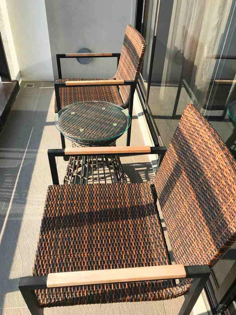 陽台上擺放著兩張椅子