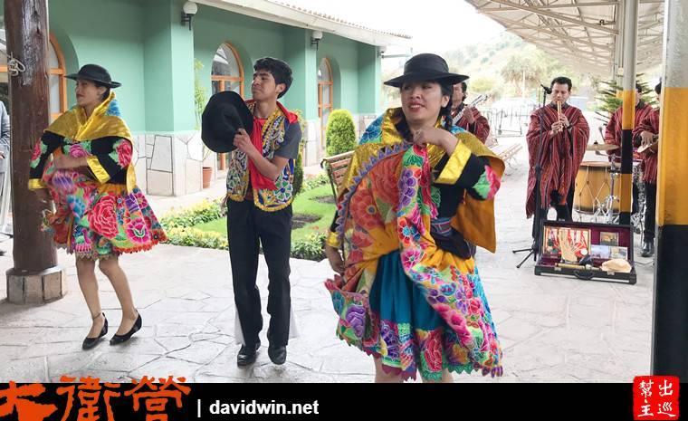 人員出場跳舞,真的好熱鬧,而且還邀請客人共舞