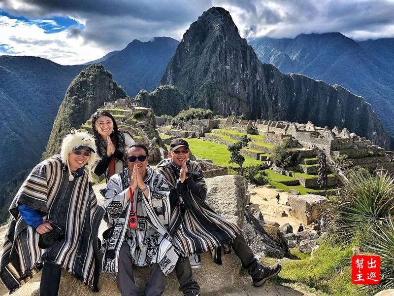 『沙哇低卡!』我們這群都是泰國通,來到馬丘比丘,穿著祕魯特色披肩,做出泰國特色手勢