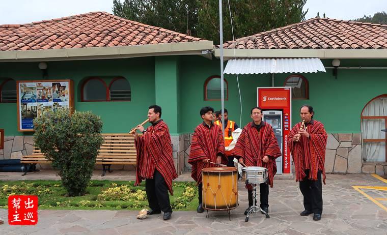 貴悚悚的東方快車,還有迎接客人的演奏團隊在火車站門口表演