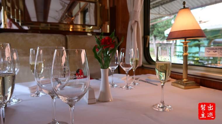 桌上擺放著全套的餐具,如同來到法式餐廳般,整個的感覺就是高級