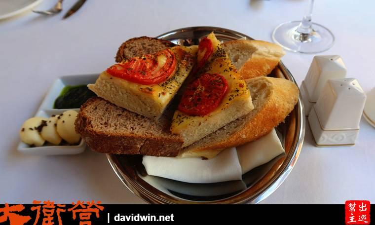 餐前麵包,烤得熱騰騰,又香又好吃