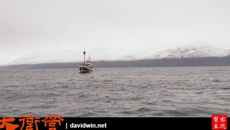 隨著船隻搖搖晃晃的的駛離港灣,兩側的景致也會有些變化,周圍是大海,遠方是雪山