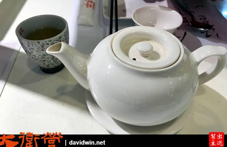 坐定後送上了一壺茶,接著看看菜單
