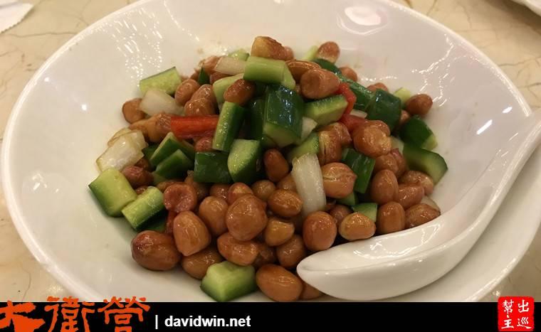 花生米搭配黃瓜與洋蔥段,好吃又開胃