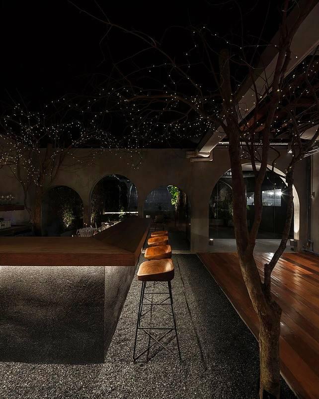 吧台區的燈光點起,這是營造枝頭螢火蟲的感覺