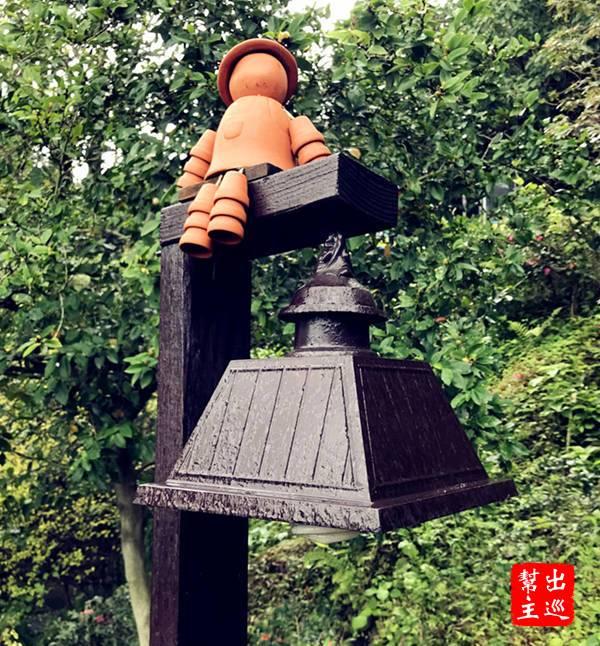 路上會看到園區有許多利用小花盆製作的可愛玩偶,坐在燈架、花台上,非常逗趣可愛