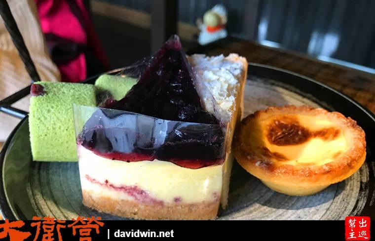 第二層是一塊藍莓蛋糕、一塊檸檬蛋糕、兩個抹茶口味蛋糕卷、蛋塔