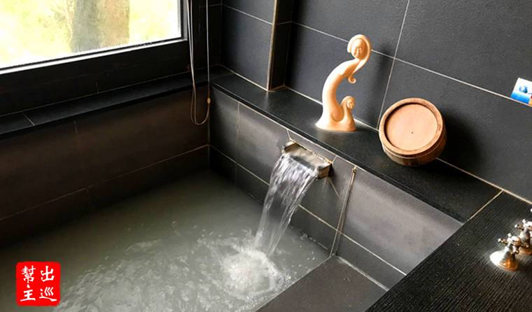 流出的白磺泉水,在這冷天給人無限的暖意
