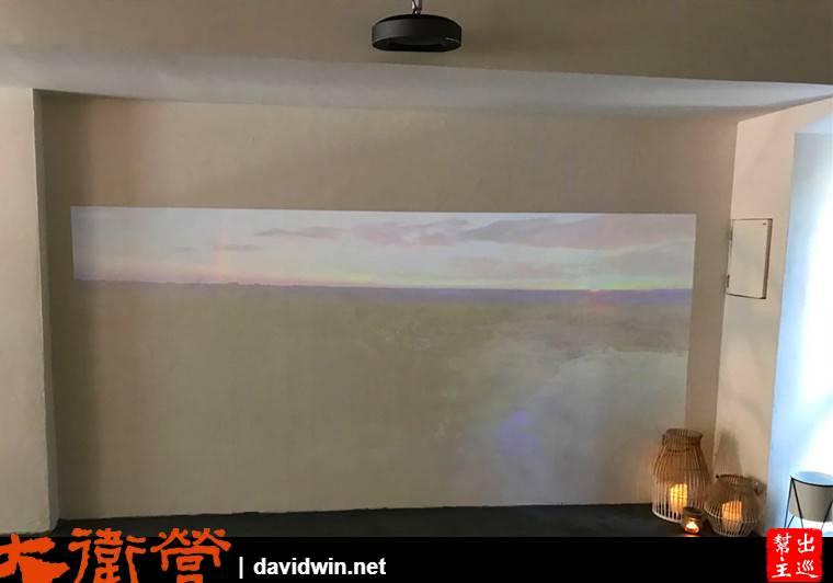 大面的投影牆,店家投放著大自然的美景與輕柔的音樂