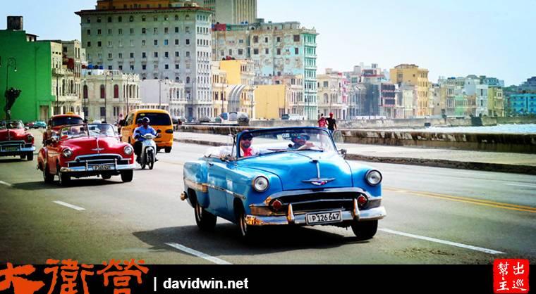 在古巴哈瓦那搭乘復古美國車