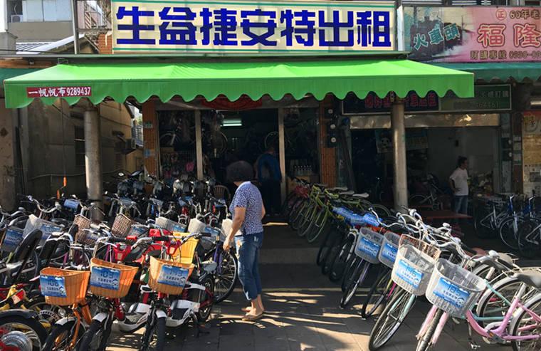 出車站大門兩側就有知名的『福隆便當』與『自行車出租』