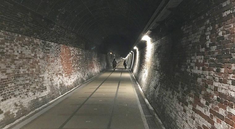 隧道內的實況,這段隧道當年就是單軌的,所以空間不算寬廣