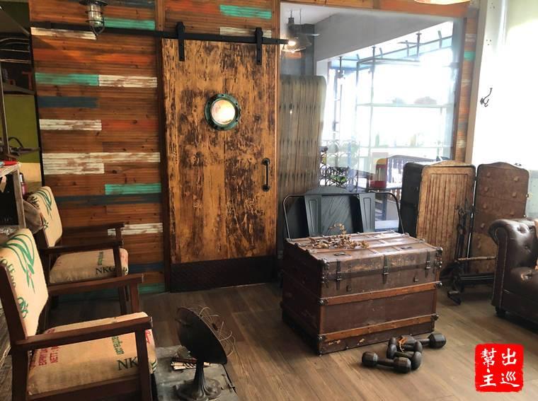 老木箱、穀倉拉門,皮椅