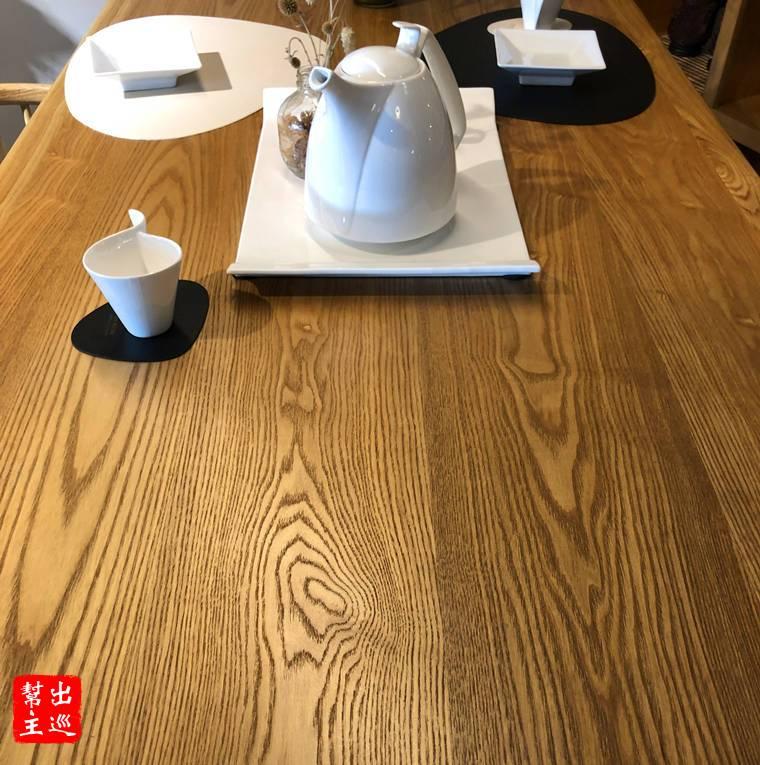 北歐餐桌上的木紋
