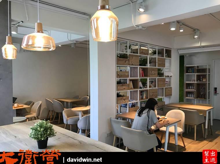 通透的書櫃作為隔斷,陽光透過建築外觀的空隙灑入室內