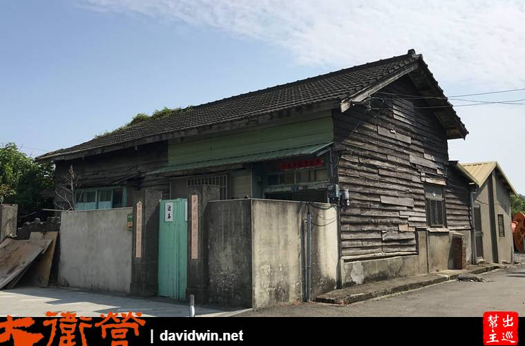 貼著春聯的大門,低矮的圍牆,木造的結構,有點昔日眷村的味道
