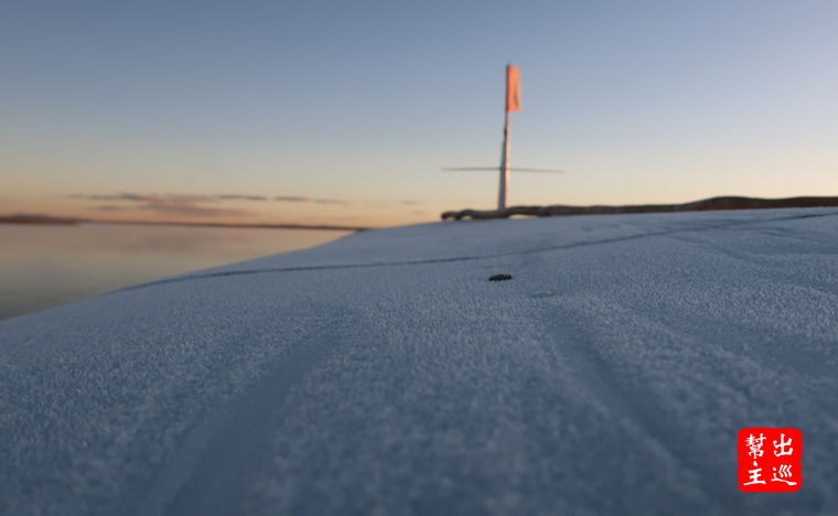 高海拔+清晨,氣溫只有5度左右,看看船頂上都凍出了整層的冰霜